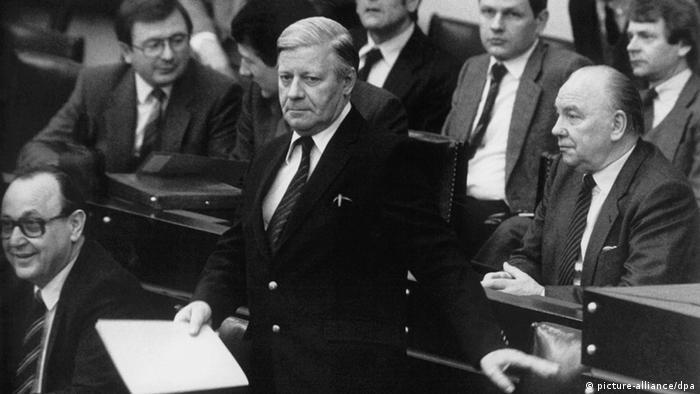 У 1982 році Бундестаг виразив недовіру голові уряду Гельмуту Шмідту. Його замінив християнський демократ Гельмут Коль.