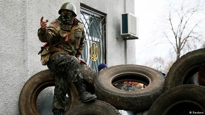 Вооруженный человек в Славянске Донецкой области