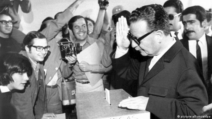 Salvador Allende an Wahlurne