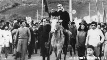 Salvador Allende Gossens, der zum vierten Mal als Kandidat für die Präsidentschaft antritt, reitet am 21. Juli 1970 zu einer Wahlkampfveranstaltung in Salamanca ein. Er war 1933 Mitbegründer der sozialistischen Partei, seit 1945 Senator und seit 1964 Oppositonsführer. Als Präsident vertrat er seit 1970 ein sozialistisches Wirtschaftsprogramm. Bei der Erstürmung des Präsidenten-Palastes in der chilenischen Hauptstadt Santiago de Chile durch die putschenden Militärs kam Allende am 11. September 1973 auf noch ungeklärte Weise ums Leben. Er wurde am 26. Juli 1908 in Valparaiso geboren.