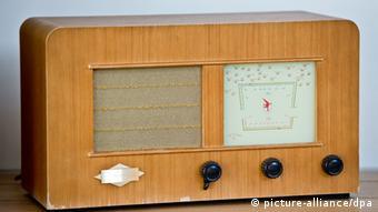 Foto de rádio antigo da marca Grundig