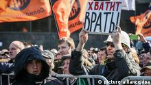 epa04165808 Russian opposition activist holds a banner reading 'Stop lying' during a rally in support of freedom of press in downtown Moscow, Russia, 13 April 2014. About one thousand protesters gathered in central Moscow for a sanctioned rally for freedom of speech of the mass media. EPA/SERGEI ILNITSKY +++(c) dpa - Bildfunk+++
