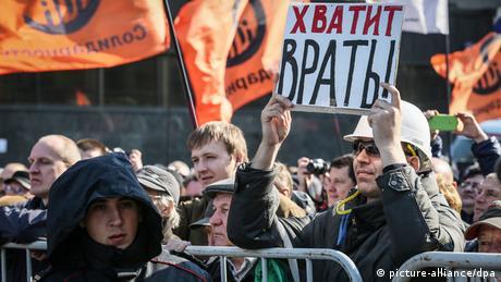 Demonstration gegen Zensur in Moskau: Ein Demonstrant hält ein Schild hoch, auf dem steht: Hört auf zu lügen (Foto: dpa)