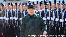 Bildunterschrift:Olexander Turchynov, speaker of the parliament and interim Ukrainian president, reviews the troops of the newly founded Ukrainian National Guard prior to military exercises on the shooting range, near Kiev on March 31, 2014. Ukraine on March 31 reported a gradual withdrawal of Russian troops from its border that may be linked to Washington's latest push for a diplomatic solution to the worst East-West standoff since the Cold War. AFP PHOTO/ SERGEI SUPINSKY (Photo credit should read SERGEI SUPINSKY/AFP/Getty Images)