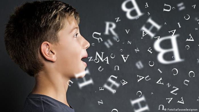 Junge vor einer Tafel, aus seinem Mund fliegen Buchstaben (Foto: Fotolia/lassedesignen)