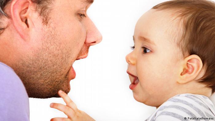 Ein Vater spricht mit seinem Baby
