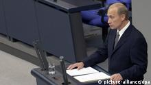 Ausschnitt: Berlin: Der russische Präsident Wladimir Putin redet am 25.09.2001 während einer Sondersitzung des Deutschen Bundestages in Berlin. Er redete als erster russischer Präsident im Bundestag. Im Hintergrund sitzen die Minister des Bundeskabinettes auf ihren Stühlen im Präsidium. Putin hält sich zu einem dreitägigen Staatsbesuch in Deutschland auf. (BER36-250901)