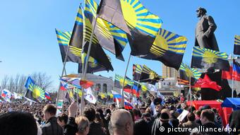 Pro-Russian protesters waving flags. (Photo: Friedemann Kohler/dpa)