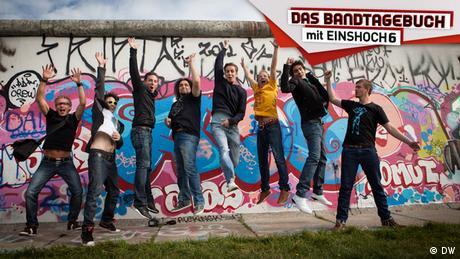 Die Musiker der Band EINSHOCH6 vor der Berliner Mauer