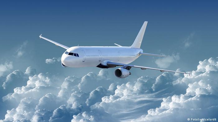 Flugzeug in der Luft (Fotolia/vicelord6)