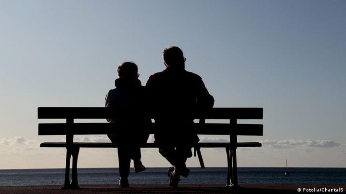 Двойка пенсионери се наслаждава на залеза