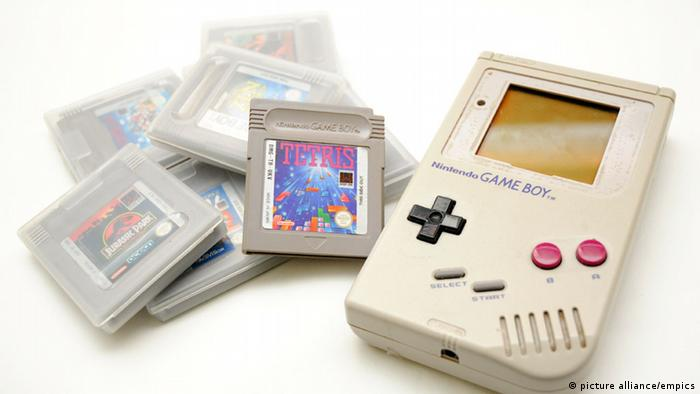 Game Boy mit Spielen (Foto: picture alliance/empics)