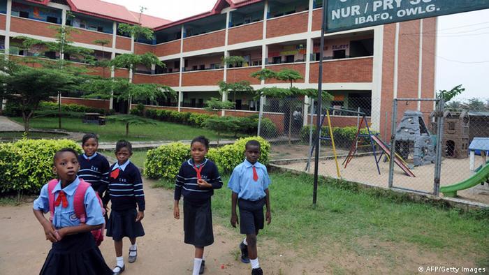 Škola u Nigeriji i učenice ispred