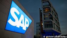 ARCHIV - Das Logo des Software-Unternehmens SAP ist am 22.05.2012 in Walldorf (Baden-Württemberg) an einer Einfahrt zur Konzernzentrale zu sehen. Foto: Uwe Anspach/dpa (zu dpa Starker Euro, große Last - Wie Firmen mit Währungsrisiken umgehen vom 02.04.2014) +++(c) dpa - Bildfunk+++