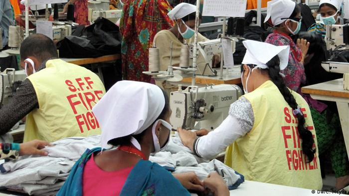 Funcionários em fábrica têxtil de Bangladesh, formados para prevenção de incêndios, costuram
