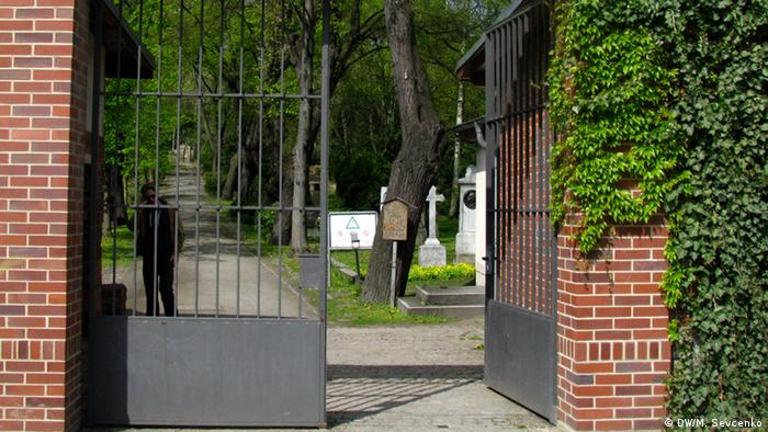 Gate of Berlin's lesbian cemetery (photo: DW/M. Sevcenko)