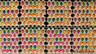 Übereinander gestapelte Eierkartons mit bunten Eiern