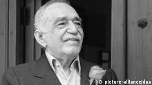FILE - epa04112835 Colombian writer Gabriel Garcia Marquez smiles as he greets a group of journalists outside his home in Mexico City, Mexico, 06 March 2014. The Nobel prize winner is celebrating his 87th birthday on 06 March. EPA/MARIO GUZMAN (zu dpa «Literaturnobelpreisträger García Márquez im Krankenhaus» vom 03.04.2014) +++(c) dpa - Bildfunk+++
