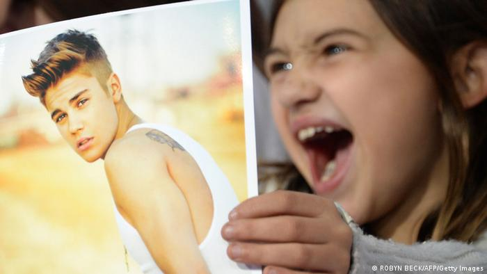 Justin Bieber und kleiner Fan (ROBYN BECK/AFP/Getty Images)