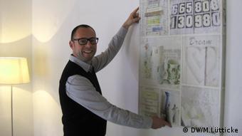 Home Stager Fernando Dieball hängt ein Bild auf (Foto: DW/Lütticke)