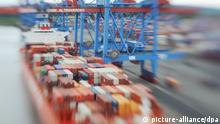 ARCHIV - Ein Containerschiff wird am 11.07.2012 in Hamburg auf dem Container Terminal Altenwerder (CTA) beladen (aufgenommen mit Spezialojektiv). Dank der robusten Konjunktur hat der deutsche Staat 2013 einen ausgeglichen Haushalt erwirtschaftet. Foto: Angelika Warmuth/dpa (zu dpa Robuste Wirtschaft beschert Staat ausgeglichenen Haushalt vom 25.02.2014) +++(c) dpa - Bildfunk+++