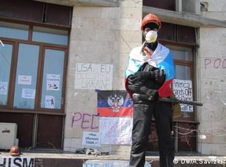 Прибічник сепаратистів біля входу до захопленої будівлі Донецької облдержадміністрації