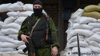 Armed separatists at the occupied administrative building in Slavyansk (Photo: DW/R. Goncharenko)