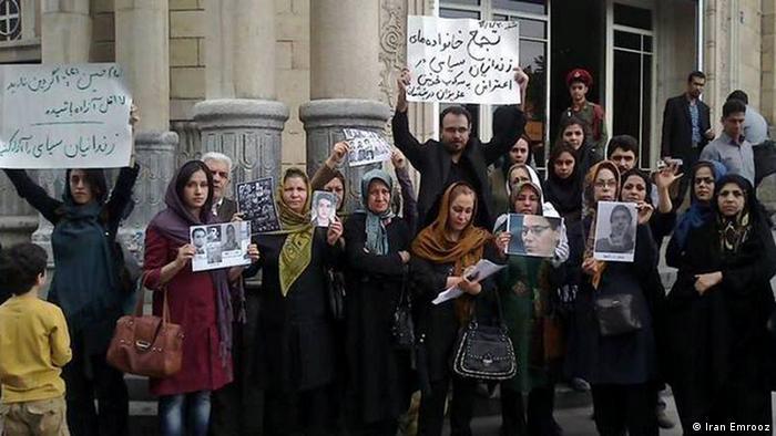 تجمع خانواده زندانیان سیاسی در برابر دادستانی تهران در روز شنبه ۳۰ فروردین