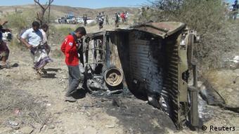In Jemens Hauptstadt Sanaa begutachten Menschen ein durch einen Luftangriff zerstörtes Fahrzeug (Foto: REUTERS/Stringer)