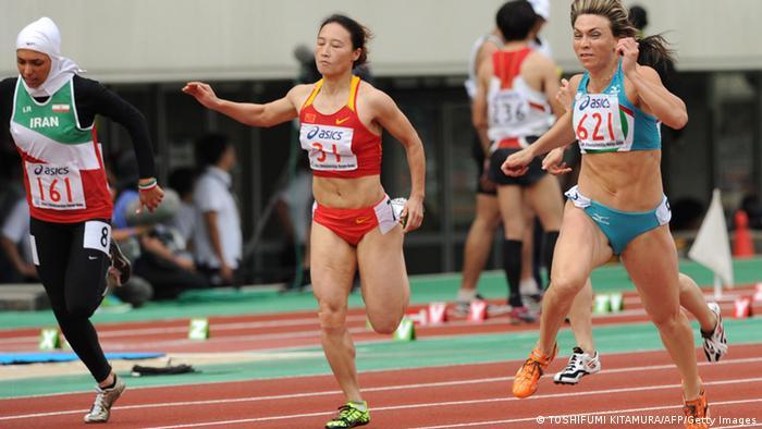 مریم طوسی (چپ) در رقابتهای دو و میدانی آسیا