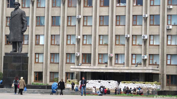 Забаррикадированное здание Горсовета в Славянске