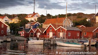 Rote Holzhäuser auf der Insel Tjörn, Schweden (picture-alliance/pixeljunge)