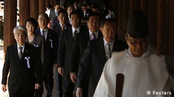 Japanische Abgeordnete besuchen den umstrittenen Yasukuni-Schrein in Tokio