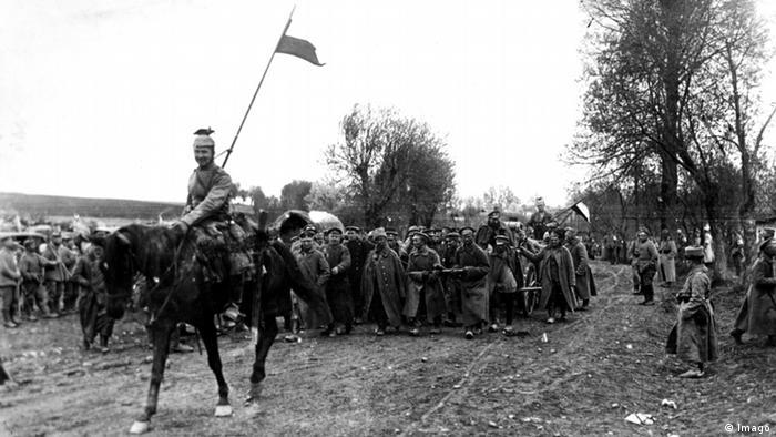 Русские военнопленные под немецким конвоем, 1915 год