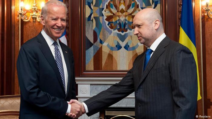 Joe Biden in der Ukraine, schüttelt die Hand von Oleksander Turchinov (Foto: Reuters)