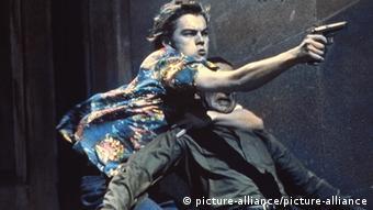 نمایی از فیلم رومئو ژولیت (۱۹۹۶) دیکاپریو در نقش رومئو