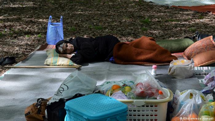 alte Frau schläft im Wald
