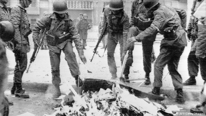 Chile: quema de libros luego del golpe militar de Augusto Pinochet, que derrocó al presidente Salvador Allende. (26.09.1973). Los crímenes de la dictadura fueron investigados por comisiones estatales y consignados en los informes Rettig y Valech.