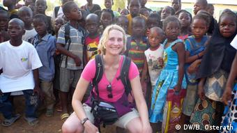 Brigitte Osterath among the children at Ziniare school in Burkina Faso (Photo: DW/Brigitte Osterath)