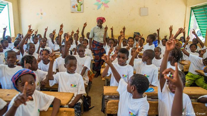 Children who have had malaria raise their hands in Burkina Faso schoolroom (Photo: Cécilia Conan)