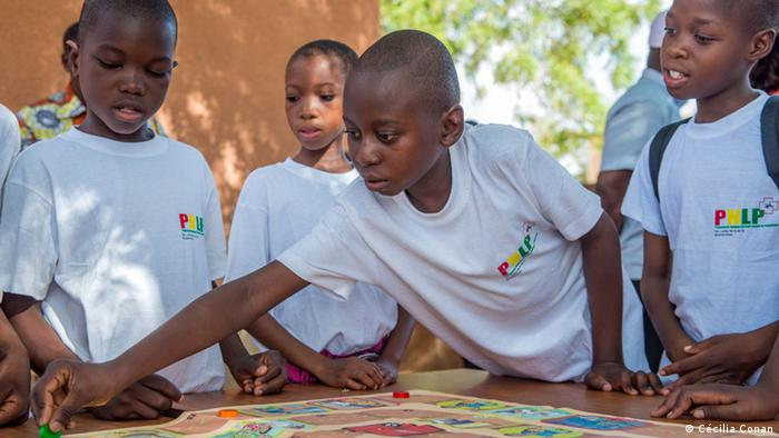 Burkina Faso schoolchildren playing malaria boardgame (Photo: Cécilia Conan)