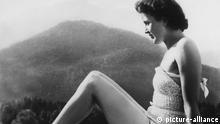 Eva Braun (1912-1945), Lebensgefährtin und heimliche Geliebte von Adolf Hitler, den sie am Tag vor dem gemeinsamen Suizid heiratete / junge Frau in Badeanzug, sonnen, Sonnenbad, Bademode, Personen