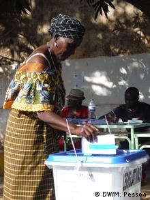 Präsidentschaftswahl in Bissau Wählerin (DW/M. Pessoa)