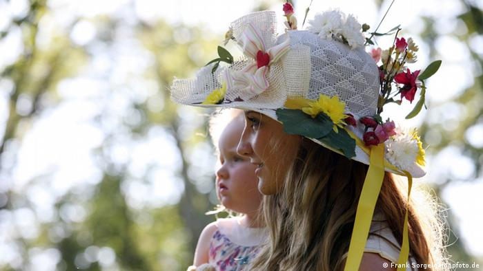 Woman in fancy hat at Hoppegarten, Copyright: Frank Sorge/galoppfoto.de