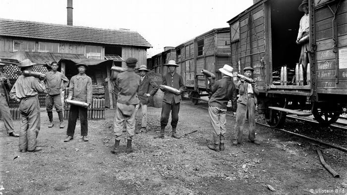 一战期间为法国军队搬运弹药的华工