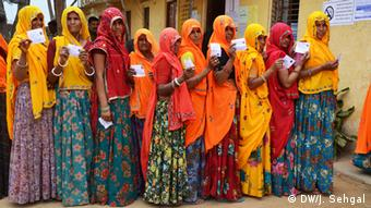 Women in Rajasthan in a que to vote in Indian Parliamentary Elections 2014. Copyright: DW/J. Sehgal via Mahesh Jha, DW