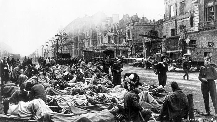 اینجا برلین است. تمامی شهر به ویرانهای تبدیل شده است. سربازان مجروح آلمانی که حالا اسیر هم هستند بر روی برانکاردها و در هوای آزاد نگهداری میشوند.