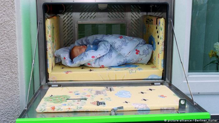 Baby deposit at the Waldfriede clinic in Berlin (picture-alliance / Berliner_Kurier)
