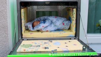 Η ανοιγόμενη θήκη για νεογέννητα που υπάρχει σχεδόν σε όλα τα μαιευτήρια