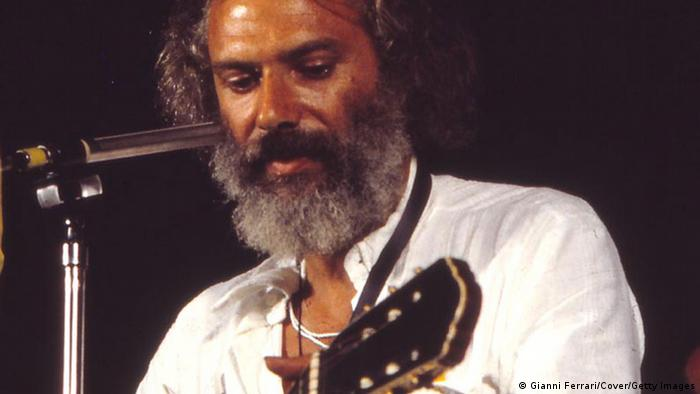 Georges Moustaki mit Gitarre (Foto: Gianni Ferrari/ Getty Images)